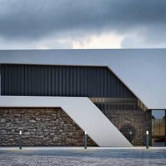 Habitação Boavista: Casas unifamilares  por SAME - Studio Architects