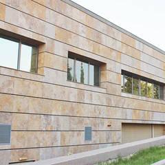 Liệu rằng Marble có phải là đá ốp mặt tiền đẹp nhất?:  Biệt thự by Công ty TNHH truyền thông nối việt, Hiện đại