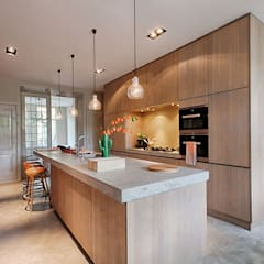 Herenhuis verbouwing & inrichting:  Inbouwkeukens door StrandNL architectuur en interieur, Modern