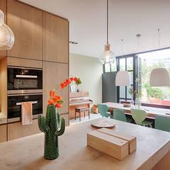 Herenhuis verbouwing & inrichting:  Inbouwkeukens door StrandNL architectuur en interieur