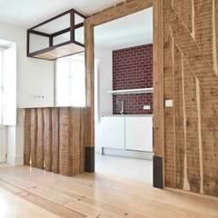 Apartamento T1 São Bento: Salas de estar  por EU LISBOA