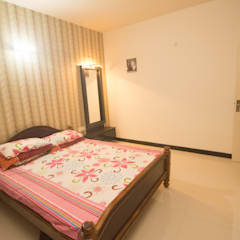 2 BED ROOM IN NIKOO HOMES AND 2.5 IN MIMS BANGALORE.:  Small bedroom by SSDecor