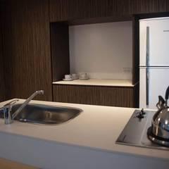 """Apart Hotel """"La Posada del Indio"""": Cocinas a medida  de estilo  por Comodo-Estudio+Diseño,Minimalista"""
