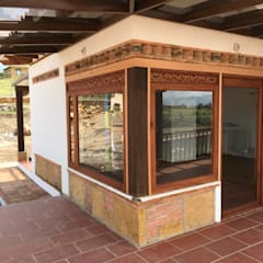 cesar sierra daza Arquitectoが手掛けた木製サッシ, ラスティック 無垢材 多色
