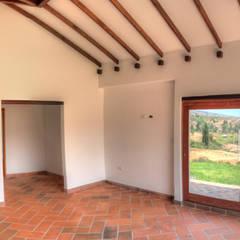 CASA SIERRA OESTE: Habitaciones de estilo  por cesar sierra daza Arquitecto