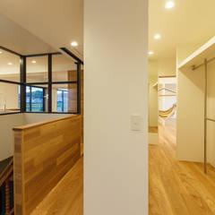 re.haus-tn 廊下: 一級建築士事務所hausが手掛けた廊下 & 玄関です。