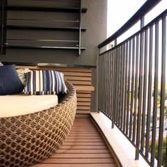 Balcón de estilo  por INOVAT Arquitetura e interiores