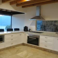 Cocina y Mobiliario Valle de Bravo: Cocinas equipadas de estilo  por ESTUDIO FD