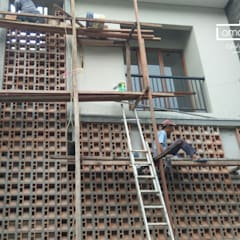 Roster Beton Minimalis - HP/WA: 08122833040 - Omah Genteng | OMAGENCE: Gedung perkantoran oleh Omah Genteng, Minimalis Keramik