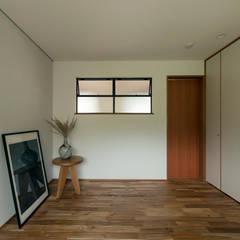 K-HOUSE: ELD INTERIOR PRODUCTSが手掛けた小さな寝室です。