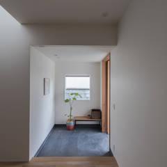 西京区のいえ: 安江怜史建築設計事務所が手掛けた廊下 & 玄関です。,