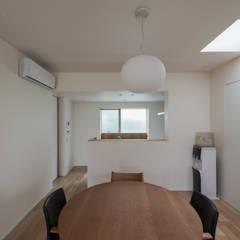 西京区のいえ: 安江怜史建築設計事務所が手掛けたダイニングです。