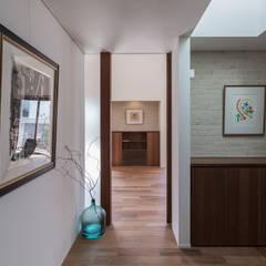 西宮のいえ クラシカルスタイルの 玄関&廊下&階段 の 安江怜史建築設計事務所 クラシック