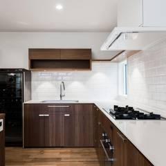 西宮のいえ: 安江怜史建築設計事務所が手掛けたキッチンです。,クラシック