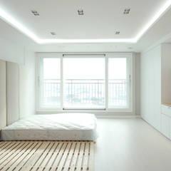 아이들도 좋아하는 투톤하우스_웰카운티49PY 인테리어: 디자인 아버의  침실