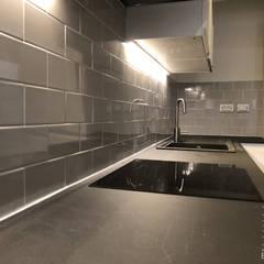 Rénovation d'un appartement de 50m2 à Bordeaux: Éléments de cuisine de style  par Intérieur Essentiel,