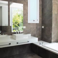 Casa en Abril Club de Campo: Baños de estilo  por Estudio Machelett,Moderno