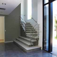 Casa en Abril Club de Campo: Escaleras de estilo  por Estudio Machelett