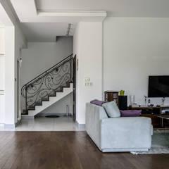Projekt wnętrza domu: styl , w kategorii Schody zaprojektowany przez Format Design