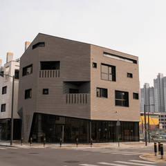 시흥시 배곧(정왕동 2450) 상가주택: AAG architecten의  주택