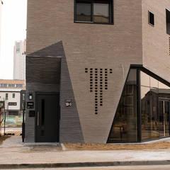 시흥시 배곧(정왕동 2450) 상가주택: AAG architecten의  다가구 주택