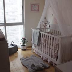 Recámara para bebe: Recámaras para bebés de estilo  por Lyar Design