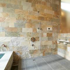 ヴィラ箱根 掛け流し温泉のある別荘: ミナトデザイン1級建築士事務所が手掛けた浴室です。