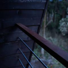ヴィラ箱根 掛け流し温泉のある別荘: ミナトデザイン1級建築士事務所が手掛けたベランダです。