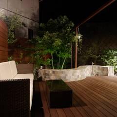 アジアンリゾート 夜もライトアップで絵になるお庭: (株)風知蒼が手掛けたリゾートハウスです。
