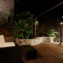 アジアンリゾート 夜もライトアップで絵になるお庭: (株)風知蒼が手掛けたテラス・ベランダです。