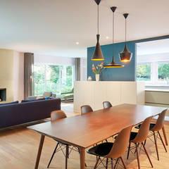 Verbouwing en renovatie bungalow:  Eetkamer door StrandNL architectuur en interieur,