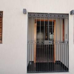 WALTZ HOUSE: Pasillos y recibidores de estilo  por GR Arquitectura,Moderno Granito