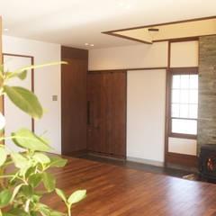 土間: 湘南建築工房 一級建築士事務所が手掛けたリビングです。