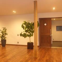 リビングダイニングから洗面所: 湘南建築工房 一級建築士事務所が手掛けたリビングです。