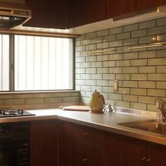 土間のある家: 湘南建築工房 一級建築士事務所が手掛けたキッチンです。