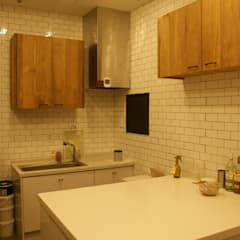 Small kitchens by 감자디자인, Country