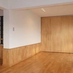 愛犬と暮らす中古マンション: 湘南建築工房 一級建築士事務所が手掛けた寝室です。,ラスティック