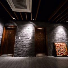 레스토랑 인테리어 RESTAURANT INTERIOR_부산인테리어: 감자디자인의  욕실