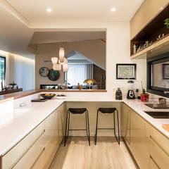 Moradia em Viseu - SHI Studio Interior Design: Cozinhas embutidas  por SHI Studio, Sheila Moura Azevedo Interior Design