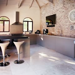 Villa Torino:  Built-in kitchens by Plan Créatif,