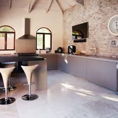 Villa Torino:  Built-in kitchens by Plan Créatif