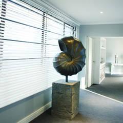 Vaal River:  Corridor & hallway by Plan Créatif