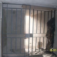 CASA CUMBRES: Puertas principales de estilo  por ESMETEVA , Moderno Metal
