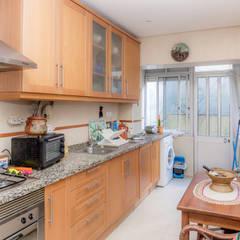 Apartamento em Almada: Cozinhas  por HOUSE PHOTO