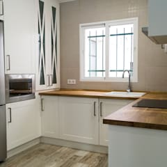 Small kitchens by Housing & Colours, Modern Wood Wood effect