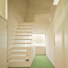 Überraschung im Dach: Flexibel nutzbarer Galerieraum  :  Walmdach von AMUNT Architekten in Stuttgart und Aachen