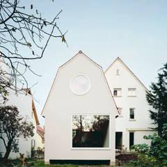 Petites maisons de style  par AMUNT Architekten in Stuttgart und Aachen