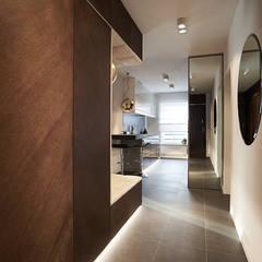 apartament//100m: styl , w kategorii Korytarz, przedpokój zaprojektowany przez TOTAMSTUDIO pracownia architektury wnętrz