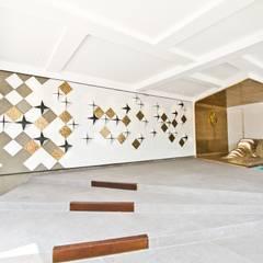 Venus Showroom Mangga Dua: Kantor & toko oleh PHL Architects,