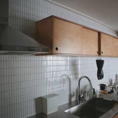 레트로 컨셉의 신혼집 은평구 단독주택 리모델링 : 주식회사 큰깃의  주방